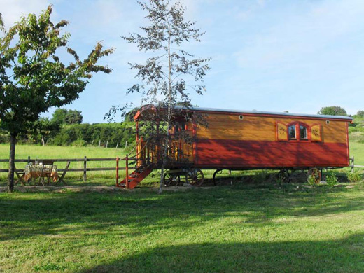 Chambres d'hôtes de charme , La roulotte à la ferme, palogneux 42990